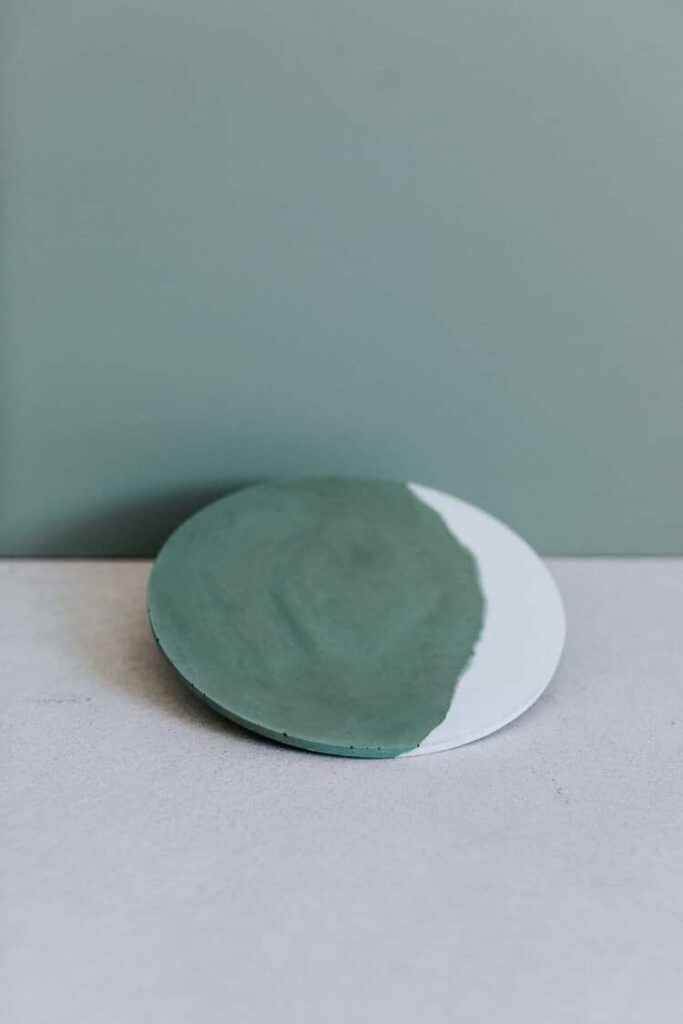 sous plat béton vert Gene par ZURI
