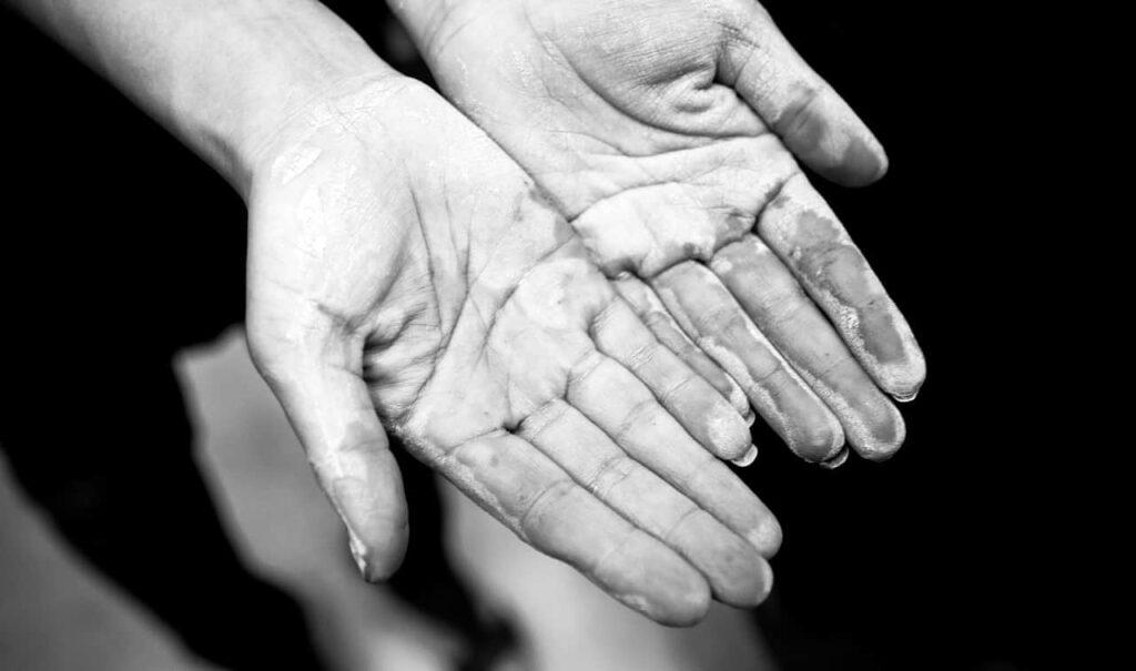 mains dans l'argile