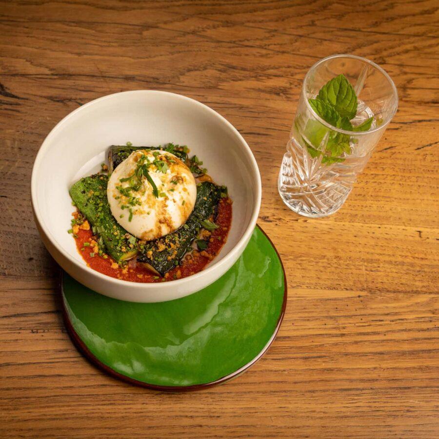 dessous de plat vert, bol mozzarella sur lit de légumes